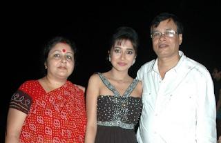 Foto Tina Dutta dengan Orangtuanya