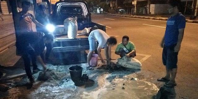 Ikhlas Perbaiki Jalan, Komunitas Ini Mendapatkan Apresiasi Masyarakat Hingga Gubernur