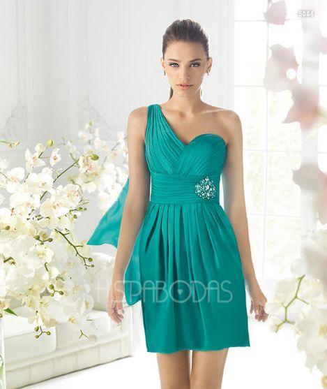 La nueva colección de vestidos de fiesta cortos que nos trae Pronovias para este es realmente sorprendente: colores, contrastes y formas se mezclan en un sin fin de posibilidades que visten a una mujer joven y segura, elegante y atrevida.