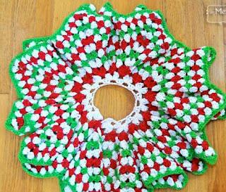http://translate.google.es/translate?hl=es&sl=en&tl=es&u=http%3A%2F%2Fmymerrymessylife.com%2F2013%2F12%2Fcrochet-christmas-tree-skirt-granny-stitch-star-free-pattern.html