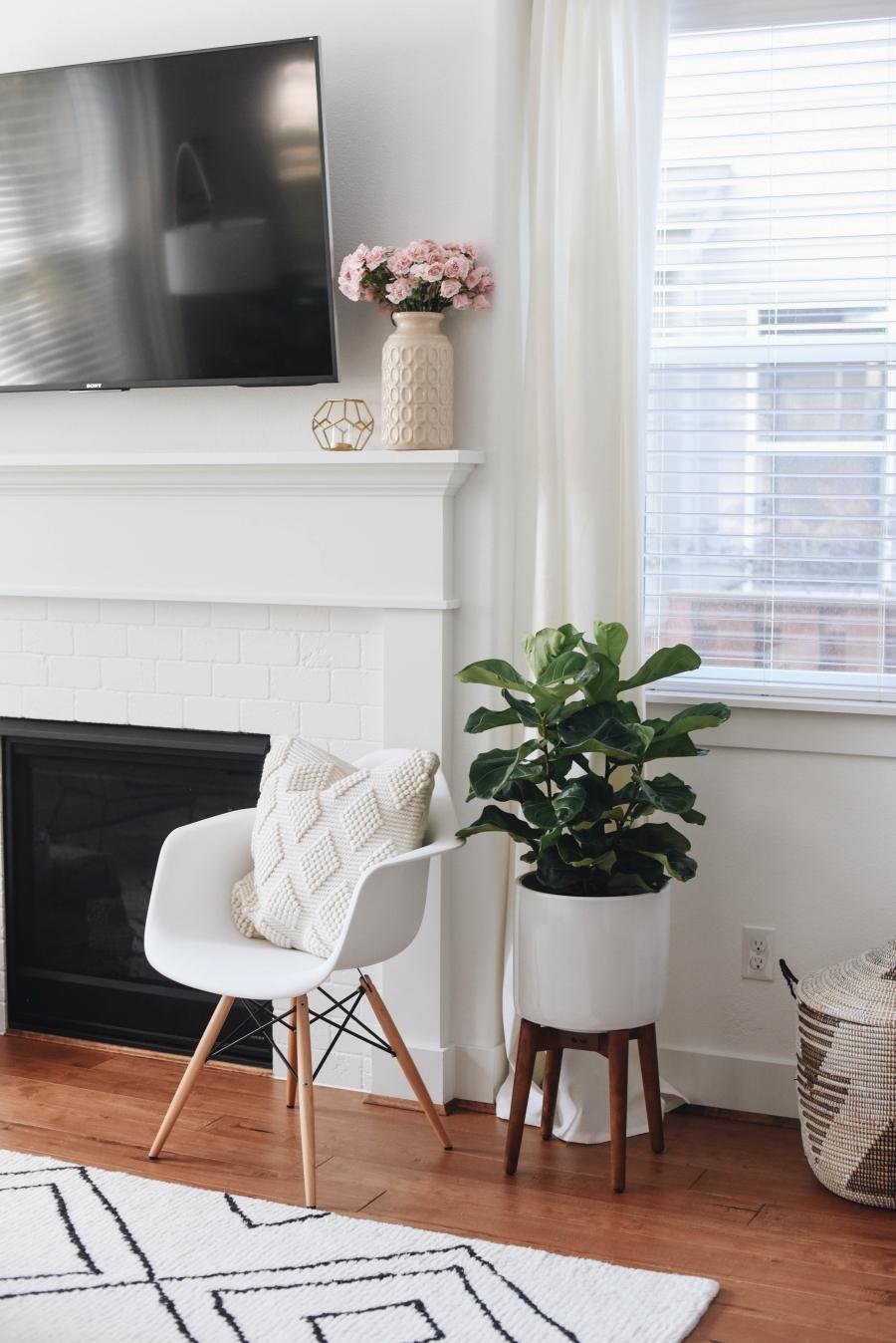 Proste i przytulne wnętrze w bieli, wystrój wnętrz, wnętrza, urządzanie domu, dekoracje wnętrz, aranżacja wnętrz, inspiracje wnętrz,interior design , dom i wnętrze, aranżacja mieszkania, modne wnętrza, białe wnętrza, wnętrza w bieli, styl skandynawski, minimalizm, naturalne dodatki, jasne wnętrza, salon