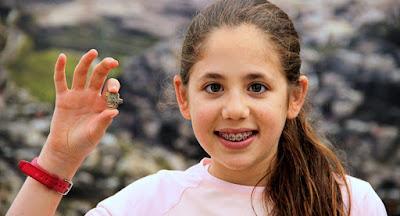 Menina  israelense encontra antigo amuleto egípcio