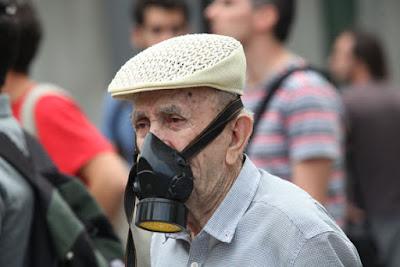 Έφυγε» ο παππούς με τη μάσκα Βασίλης Παπανίκος ήταν από τους πιο γνωστούς αντιμνημονιακούς διαδηλωτές