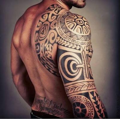 tatuaje maori en brazo de atleta