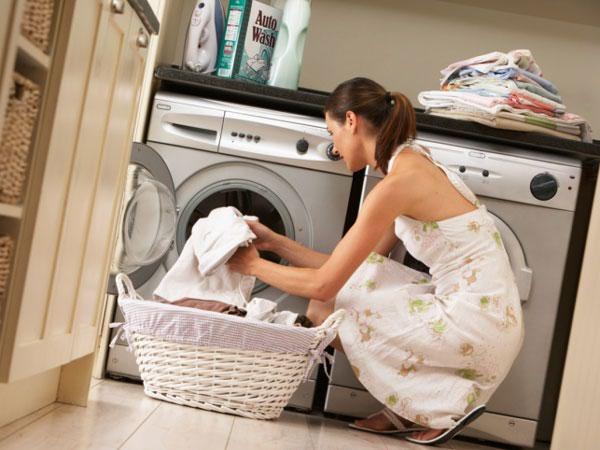 5 Tips Mencuci Pakaian Agar Tidak Bau Apek Di Musim Hujan