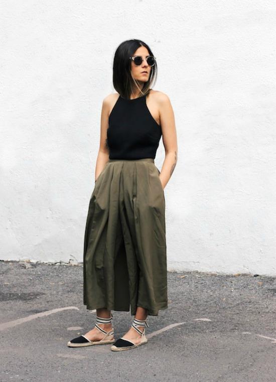 alpargatas de cintas con falda larga khaki