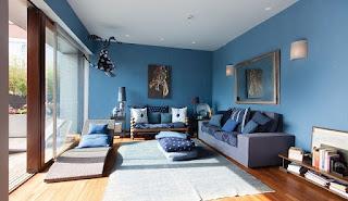 Sala decorada con azul