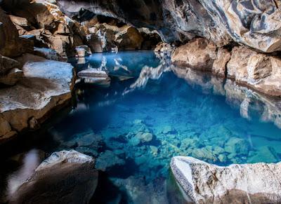 Cueva de Grjotagja en el norte de Islandia