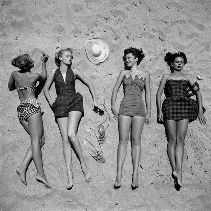 Beach fashions, foto di Nina Leen mostra donne di life