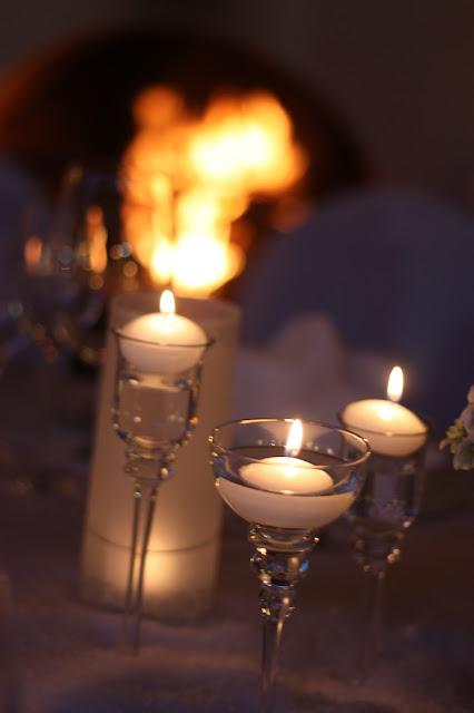Kerzen und Kaminfeuer, Eisblau und Leuchtrot, Winterhochzeit in den Bergen von Bayern, Riessersee Hochzeitshotel Garmisch-Partenkirchen, Winter wedding in Bavaria, Germany