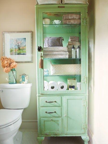 A pintura de um antigo armário de farmácia, permite que o mesmo vire um armário personalizado e que tenha a função de organizar as coisas em um banheiro.