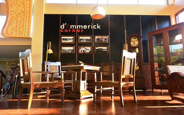 d'Emmerick Corner terletak di depan resepsionis