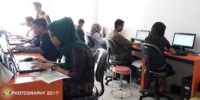 Suasana pelatihan materi office plus