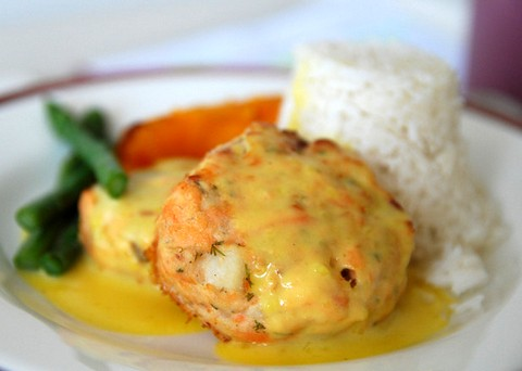 Spicy salmon patties in creamy sauce