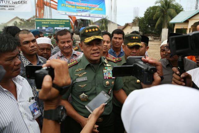 Prajurit TNI Yang Dikerahkan Untuk Pembersihan Pasca Gempa Bergerak Cepat