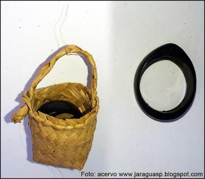 Anel e cesto produzidos por Marina Ara Poty