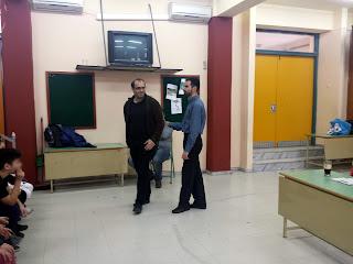Ο Βαγγέλης με τον πρόεδρο του Συλλόγου Γονέων δείχνει ασκήσεις συνοδείας