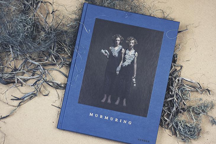 """""""Murmuring"""" zeigt Schmuckarbeiten von Hannah Hedmann, fotografiert von Sanna Lindberg - erschienen beim Kerber Verlag. // Fotos von Bildband © fieberherz.de"""
