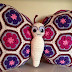 Idea: almoadòn al crochet de mariposa con flores africanas / Crocheted butterly cushion with african flowers