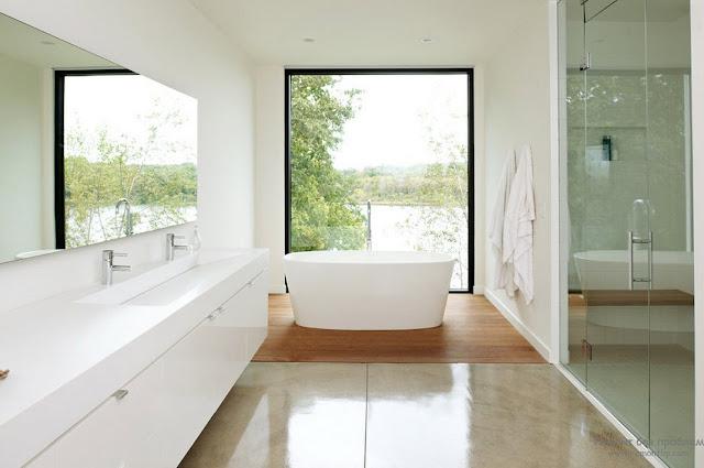дизайн ванной с окном в коттедже