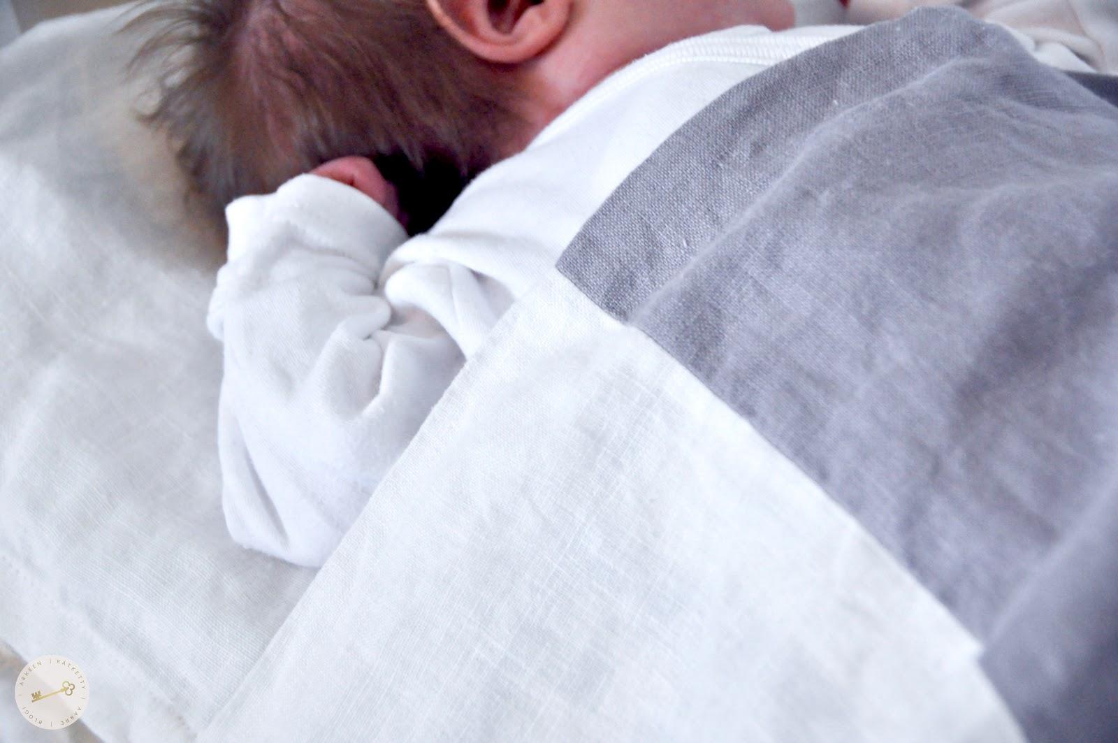 Vauva nukkuu suloisesti sängyssä.