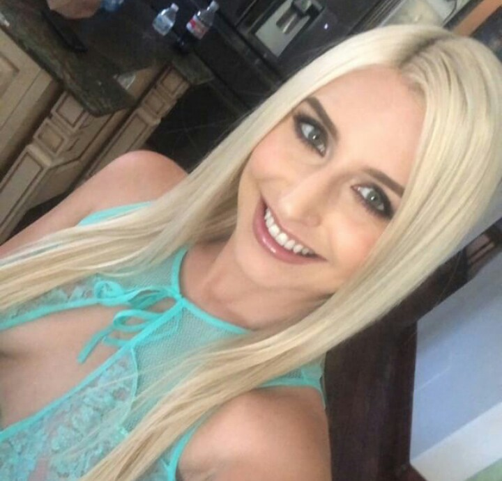 Xandra Sixx Selfie