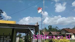 Bendera Kusam dan Robek Berkibar di Kantor Desa Penyamun Kab. Bangka