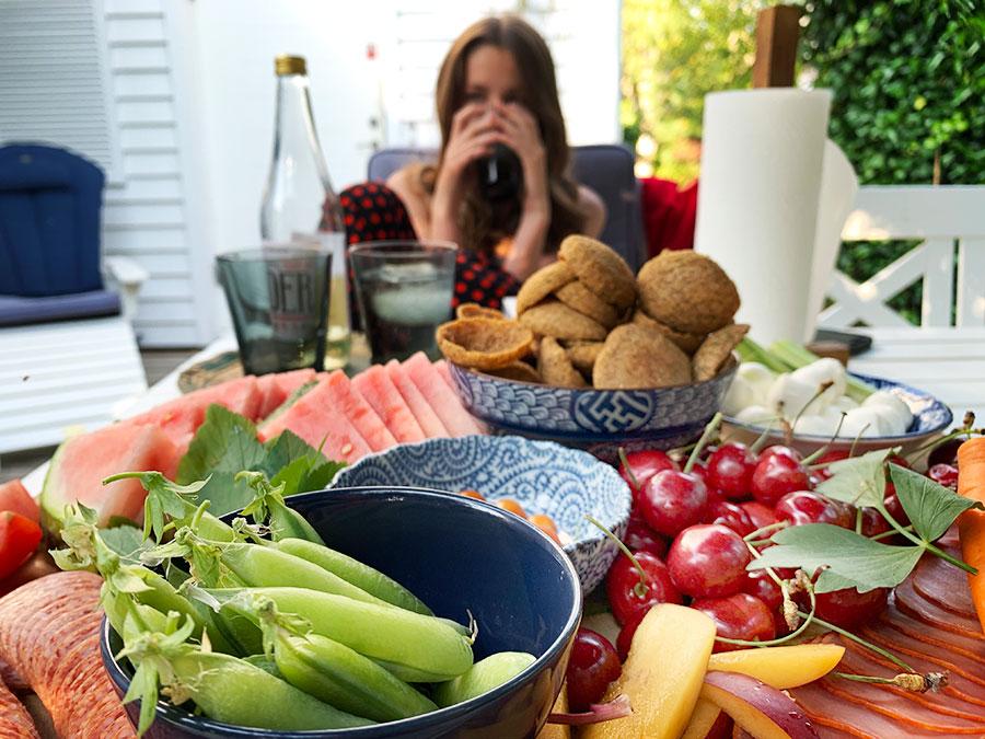 Tapasbricka med charkuterier, frukt, grönsaker och hummus