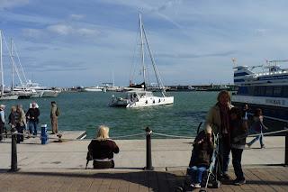 Yolanda y los Niños Frente al catamarán.