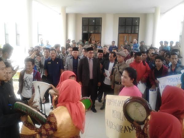 Warga Tuntut Pelantikan Kades Seri Kembang Ditunda