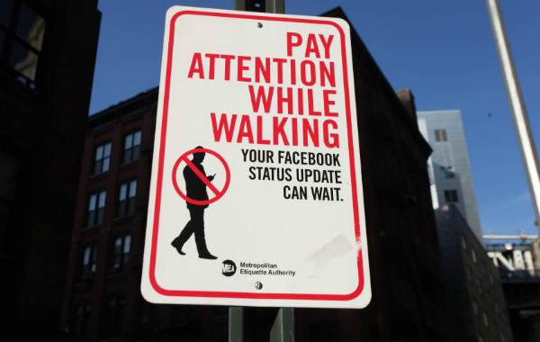 طريف: قانون لمعاقبة من يكتبون رسائل على هواتفهم أثناء مشيهم في الشوارع !