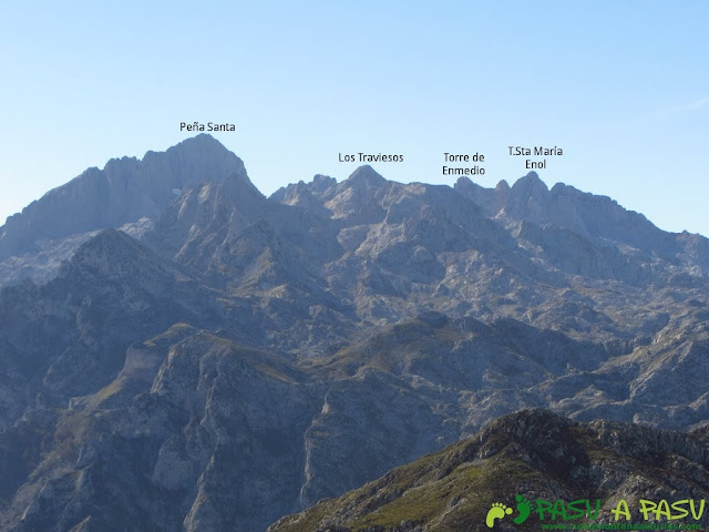 Vista de la Peña Santa, Traviesos, Torre de Enmedio y Santa María de Enol desde el Cuetón