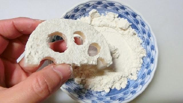 れんこんの片面に薄力粉をまぶす