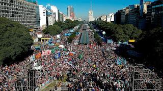 Στους δρόμους δεκάδες χιλιάδες Αργεντινοί