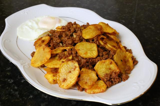 Fritada de patatas, carne adobada y huevo frito