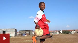 Yadda Ozil Ya Turama Wani Yaro Takalmin Kwallo Da Riga Ta Arsenal