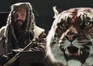 Foto do personagem Ezekiel em The Walking Dead junto com tigre fêmea chamada Shiva