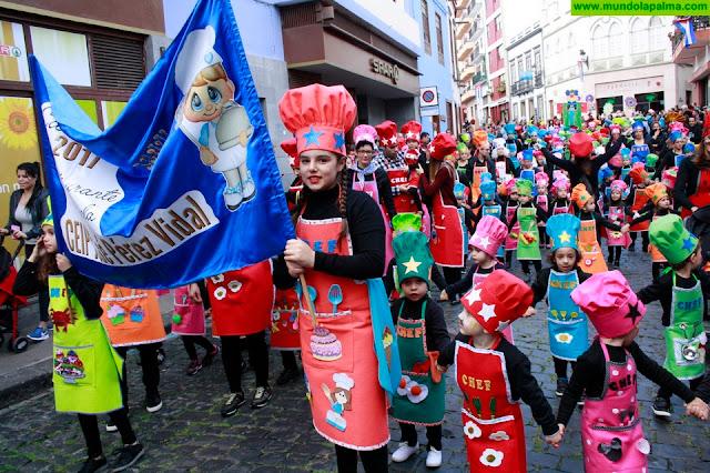 El coso infantil de los centros escolares abre el programa del Carnaval en Santa Cruz de La Palma, dedicado a los años 80
