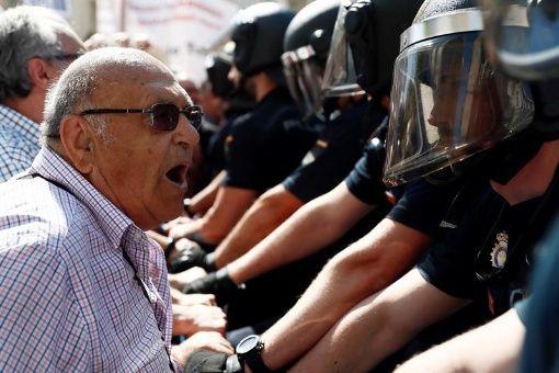 Pensionados protestan en España para exigir pago digno