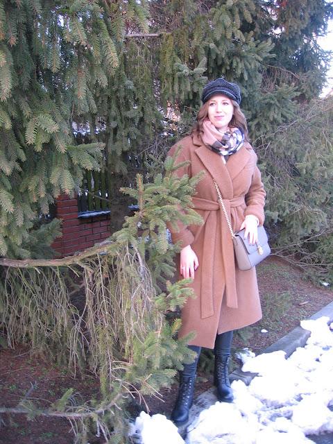 Zimowa stylizacja z trzewikami, bosmanką i długim płaszczem