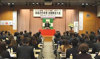 講師・三遊亭楽春の安全大会講演会、笑いでリフレッシュ講演会の風景。