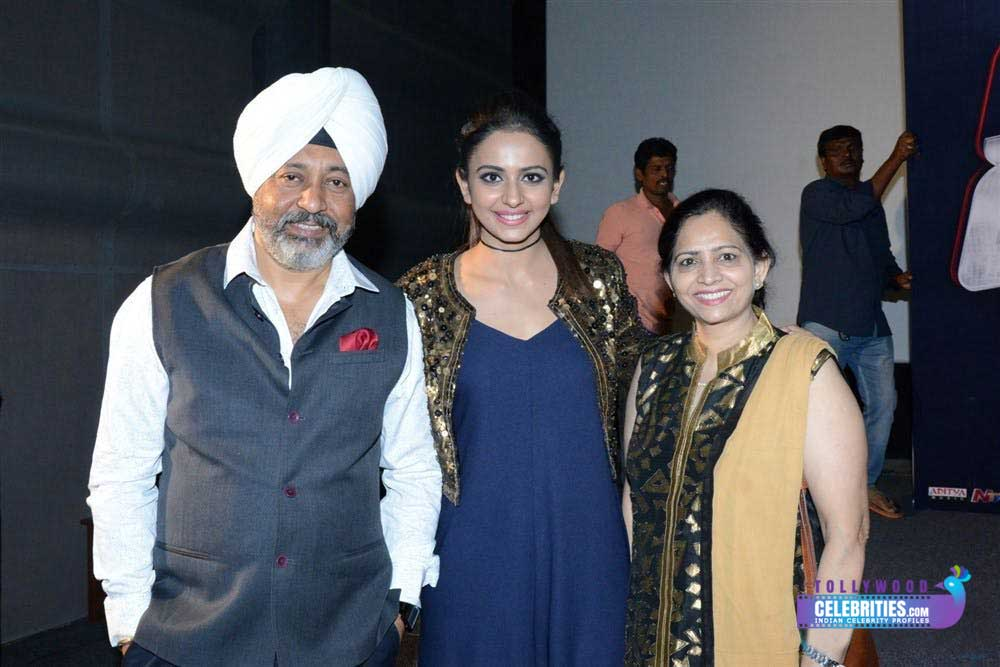 rakul-preet-singh-with-family
