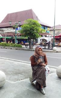 Foto unik dengan latar pasar Beringharjo, Malioboro, Jogya