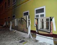 Alte Hausfassade wurde mit Tapete überklebt kuriose Bilder