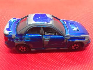 スバル インプレッサ WRX のおんぼろミニカーを側面から撮影