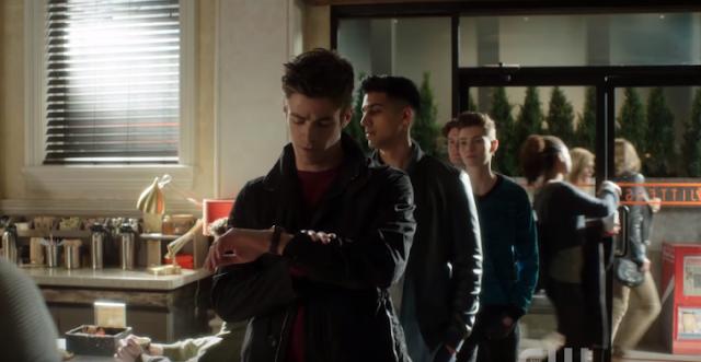 Barry mirando el reloj en la cola del jitters