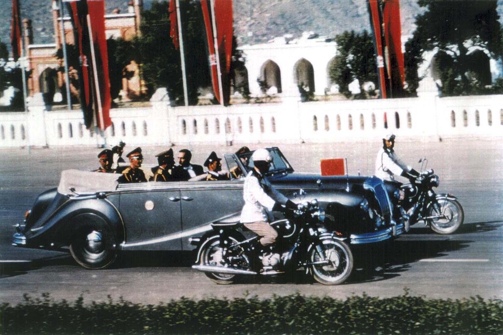 El rey de Afganistán, Mohammad Zahir Shah, viaja en su limusina en la carretera central de Kabul, Idga Wat, en esta foto de 1968. Zahir Shah, el último rey de Afganistán, vivió en el exilio en Roma desde un golpe de estado de 1973, y regresó a Afganistán en 2002, después de la destitución de los talibanes. Falleció en Kabul en 2007, a la edad de 92 años.