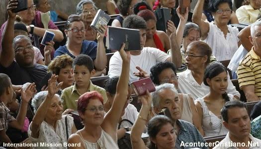 Cristianos cubanos mostrando Biblias