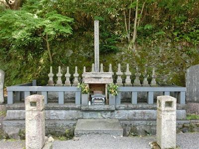源頼家十三士の墓