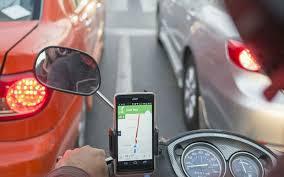 gambar ponsel ojek online di stang dashboard motor